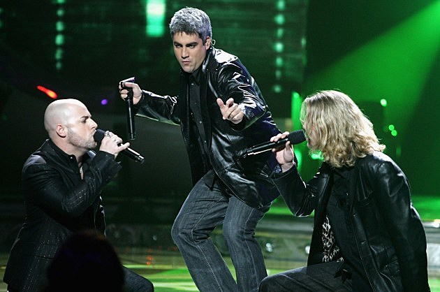 American Idol winner Taylor Hicks performs onstage with Chris Daughtry and Bucky Covington